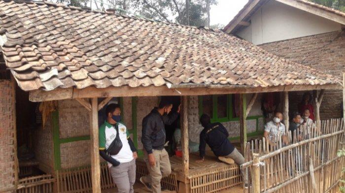 Pasutri di Sumedang Ini Puluhan Tahun Tinggal di Rumah Reyot, Sudah Lapuk Kalau Hujan Bocor 2