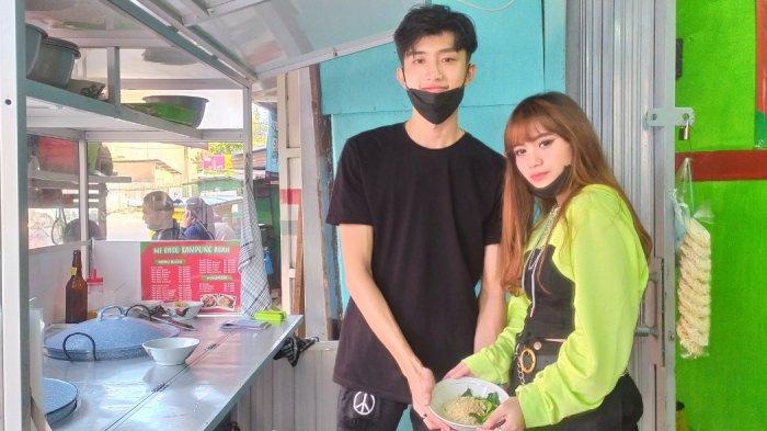 M. Daffa dan Sinva, dua remaja pedagang bakso di yang dinilai mirip artis Korea, tengah mengolah pesanan pembeli untuk di bawa pulang, Kamis (15/7/2021) /