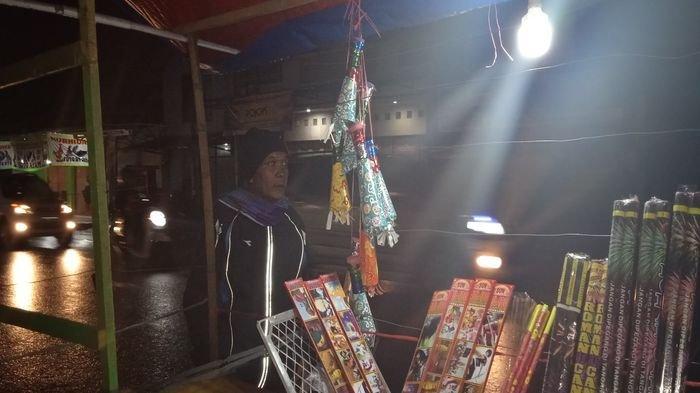 Omzet Pedagang Terompet dan Kembang Api di Garut Turun Drastis, Tak Semanis Tahun Lalu