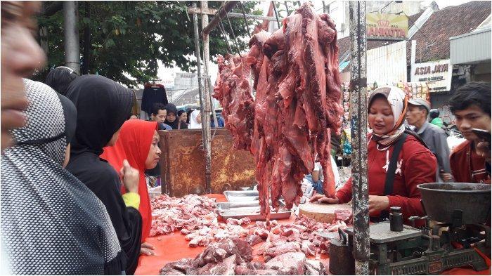 Suasana pedagang daging sapi dan ayam yang berjualan di depan Pasar Kosambi, Kota Bandung, Senin (3/6/2019), pagi