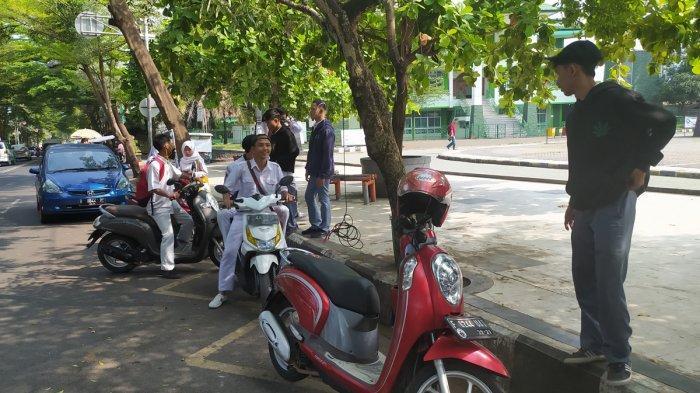Hari Pertama Masuk Sekolah, Puluhan Pelajar di Sukabumi Malah Nongkrong di Alun-alun Palabuhan Ratu