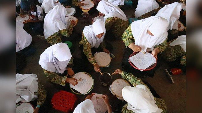 Perkenalkan Sekaligus Lestarikan Batik, Disporaparbud Purwakarta Ajak Generasi Muda Membatik