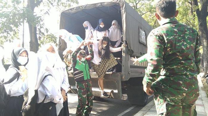 Pelajar SMP dan SMA Diangkut Truk TNI, Dibawa ke Sekolah Ini dengan Pengawalan Ketat Babinsa