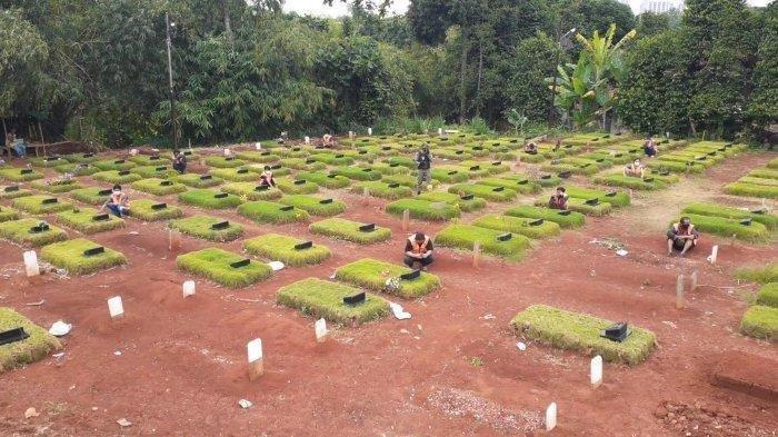 Pelanggar protokol kesehatan mendapat sanksi sosial berupa dibawa berziarah ke TPU Jombang, Ciputat, Tangsel, Senin (18/1/2021). TPU Jombang dipilih sebagai pemakaman khusus korban Covid-19.