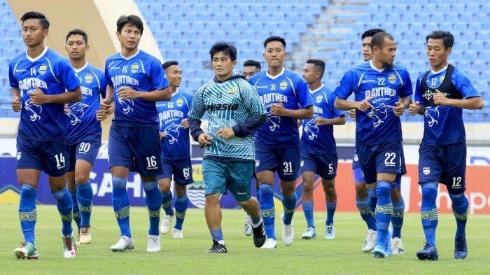 PEMANASAN: Pelatih Fisik Persib Bandung Yaya Sunarya (tengah) memimpin latihan saat melakukan pemanasan di Stadion Si Jalak Harupat, Kabupaten Bandung, Jumat (14/12). Pemain kembali menggelar latihan setelah menjalani pertandingan tandang lawan Borneo FC belum lama ini.