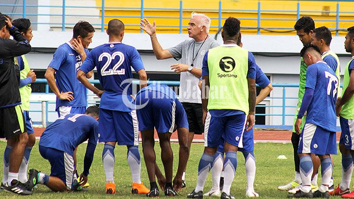 Pelatih Persib Bandung, Mario Gomez memberikan arahan kepada timnya