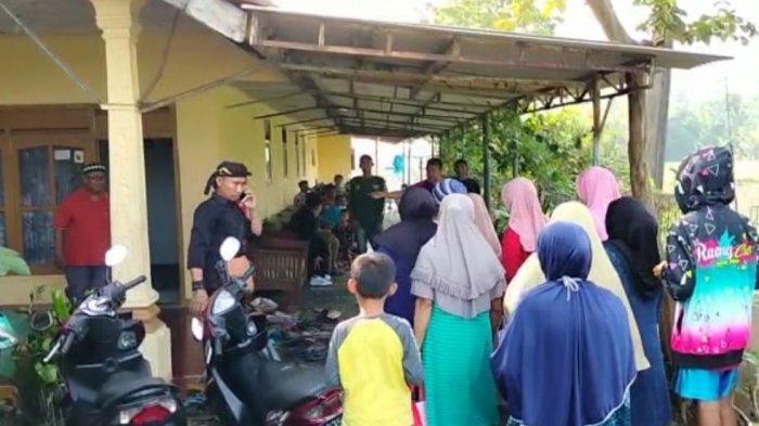 Tetangga dan kerabat berdatangan ke rumah Imas Mulyani (40), bidan di Cianjur yang tewas ditusuk suaminya.