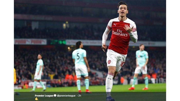 Pemain Arsenal, Mesut Oezil, merayakan gol yang dicetaknya ke gawang Bournemouth dalam pertandingan pekan ke-28 Liga Inggris di Stadion Emirates, 27 Februari 2019.
