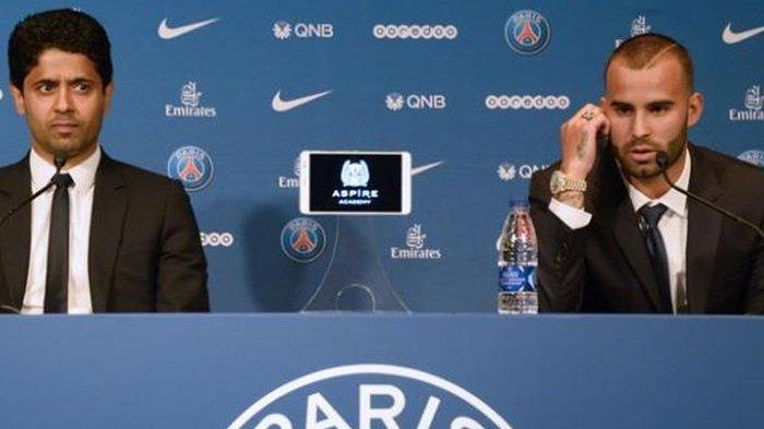 Pemain baru Paris Saint-Germain (PSG), Jese Rodríguez Ruiz (kanan), berbicara di samping Presiden PSG, Nasser Al-Khelaifi, dalam jumpa pers di Parc des Princes, Paris, Senin (8/8/2016). Kontrak Jese diputus PSG karena terlibat skandal.