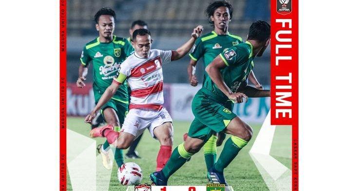 Pemain Madura United Slamet Nurcahyo bersiap menendang bola saat melawan Persebaya Surabaya di Piala Menpora 2021 pada laga yang berlangsung di Stadion Si Jalak Harupat, Kabupaten Bandung, Minggu (28/3/2021).