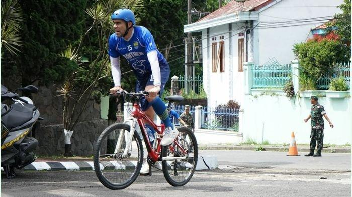 Pemain Persib Bandung Fabiano Beltrame beraksi di atas sepeda usai melakukan Cross Country bersama Tim Persib Bandung di kawasan Lembang, Kabupaten Bandung Barat