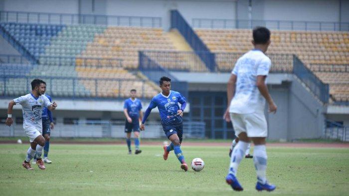 Pemain Persib Bandung Febri Hariyadi di game internal, Sabtu (29/5/2021).