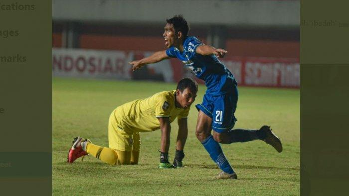 Pemain Persib Bandung Frets Butuan mencetak gol.