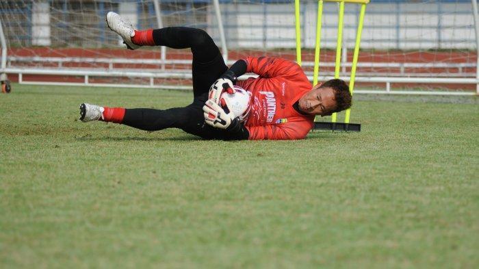 Pemain Persib Bandung I Made Wirawan berlatih di Stadion Gelora Bandung Lautan Api (GBLA), Senin (24/5/2021).