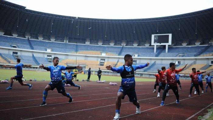 Pemain Persib Bandung menjalani latihan di Stadion Gelora Bandung Lautan Api, Kota Bandung, Kamis (13/8/2020).