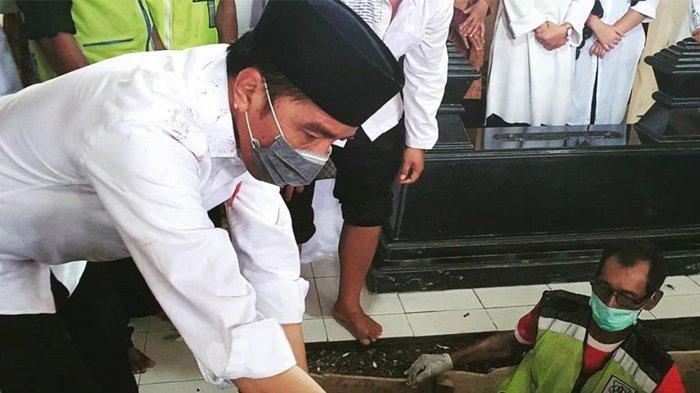TERPOPULER - Perempuan Bandung Penghina Ibunda Jokowi Dituntut Bersalah, Ini yang Ditulis di WA