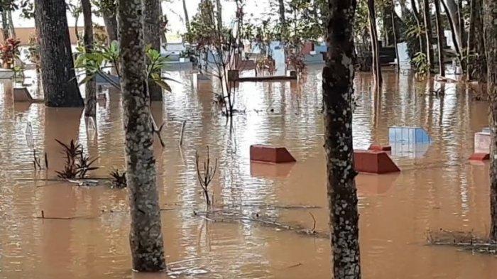 Tak Hanya Merendam Puluhan Rumah, Banjir di Tasikmalaya Juga Menggenangi Kompleks Pemakaman