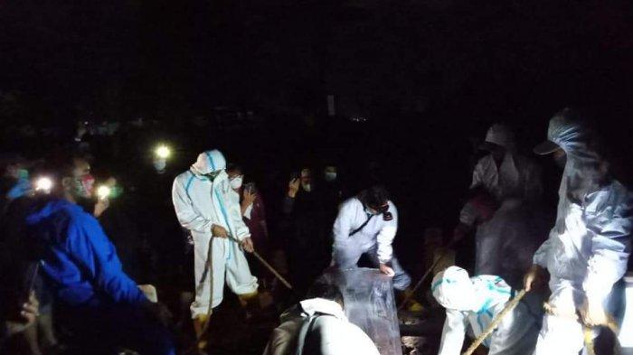 Malam Takbiran Idul Adha, Petugas TPU Cikadut Masih Angkut dan Kuburkan Peti Mati Jenazah Covid-19