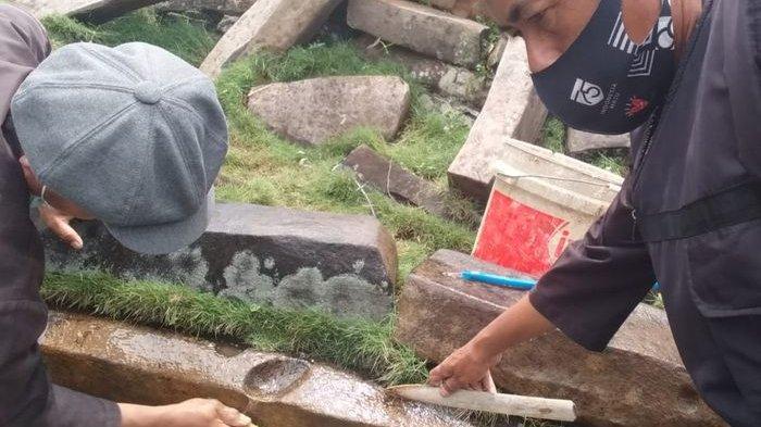 Pembersihan batu-batu yang ada di Situs Cagar Budaya Gunung Padang Cianjur