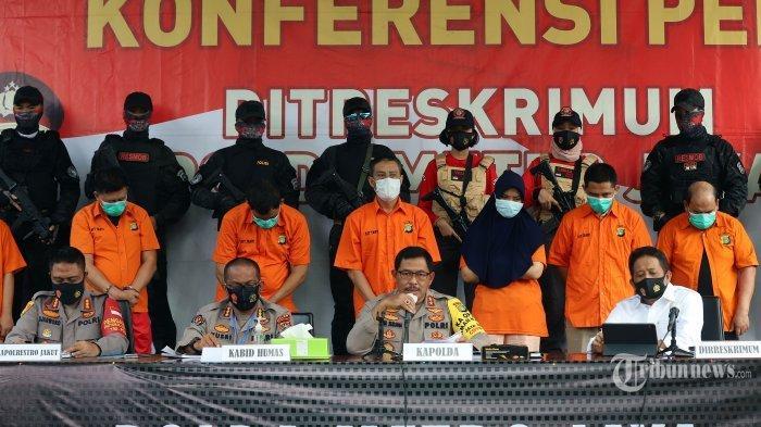 Kapolda Metro Jaya Irjen Pol Nana Sudjana (kedua kanan bawah) bersama Kabid Humas Polda Metro Jaya Kombes Pol Yusri Yunus (kedua kiri bawah), Kapolres jakarta Utara Kombes Pol Sudjarwoko dan Direskrimum Kombes Pol Tubagus Ade Hidayat saat mengelar rilis kasus penembakan pengusaha bos ekspedisi di Halaman Polda Metro Jaya, Jakarta Selatan, Senin (24/8/2020). Polisi menangkap 12 pelaku penembakan maut di Kelapa Gading, Jakarta Utara, yang menewaskan pengusaha pelayaran Sugianto (51). Penembakan maut tersebut diotaki oleh karyawati korban bernama Nur Lutfiah (34) akibat sakit hati. Tribunnews/Jeprima