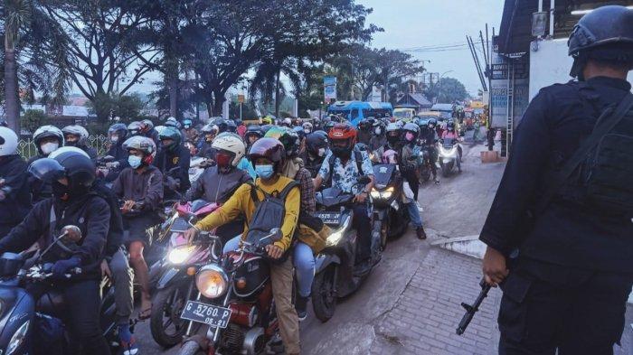 Jalur Pantura Cirebon Dipadati Pemudik, Hanya Kendaraan Berplat Nomor E yang Boleh Melintas