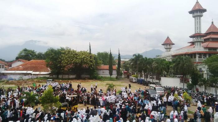 BREAKING NEWS FOTO: Ribuan Orang Saksikan Pemusnahan Miras di Halaman Pendopo Cianjur