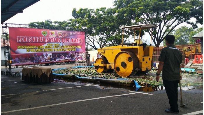 1.500 Botol Miras Bermerek dan 1.700 Liter Tuak Digilas Triple Drum Roller di Mapolresta Bandung