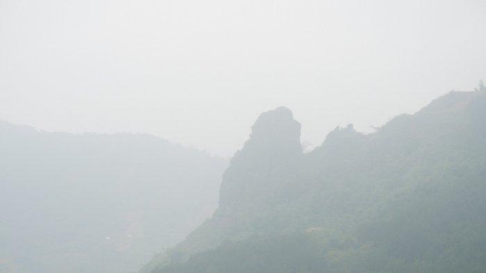 Penampakan Batu Raksasa Hasil Letusan Gunung Api di Sisi Jurang Gunung Buleud Kabupaten Bandung
