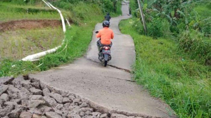 Penampakan jalan Desa Batulawang, Kecamatan Sukaresmi, Kabupaten Cianjur, akibat pergerakan tanah.