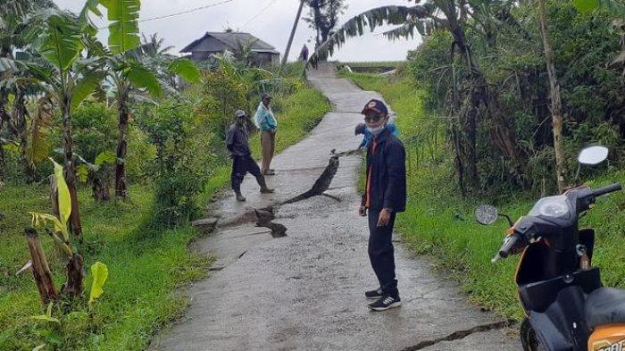 Penampakan Jalan di Sukaresmi Cianjur yang Terpotong-potong karena Pergerakan Tanah