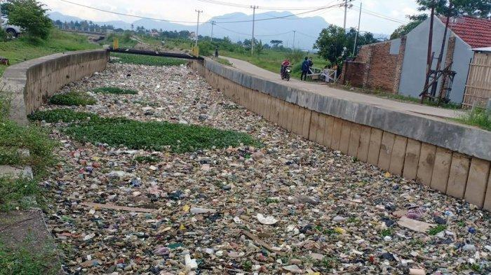 PENAMPAKAN Sampah di Sungai Cikijing Rancaekek, Kiriman dari Sumedang, Warga Minta Diangkut