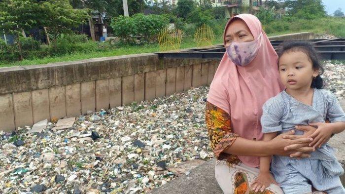 PENAMPAKAN Sampah di Sungai Cikijing Rancaekek, Kiriman dari Sumedang, Warga Minta Diangkut b