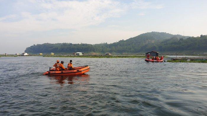 Pencarian hari kedua bocah yang tenggelam di Waduk Jatiluhur, Kabupaten Purwakarta, Jawa Barat, Sabtu (1/5/2021).