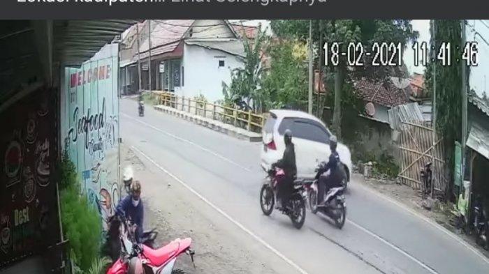 Tangkapan layar dua pria di Majalengka mencuri sebuah sepeda motor jenis trail di Jalan Raya Kadipaten, tepatnya di kawasan Ciputis, Kamis (18/2/2021).