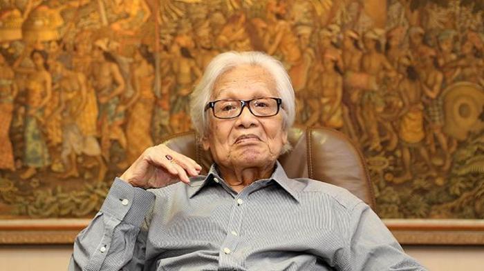 Pendiri Kompas Gramedia Jakob Oetama saat difoto di ruang kerjanya di Gedung Kompas Gramedia, Palmerah Selatan, Jakarta, Selasa (27/9/2016). Jakob Oetama, genap berusia 85 tahun pada 27 September ini.