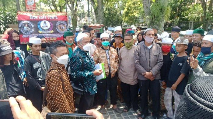 Habib Bahar Protes di Sidang Pertama Penganiayaan Sopir Taksi Online, di Luar Pendukungnya Berkumpul