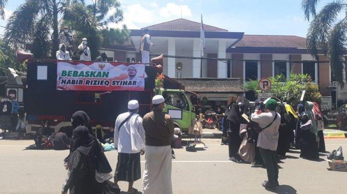 BREAKING NEWS, Pendukung Habib Rizieq Shihab Demo di Depan PN Purwakarta, Tuntut Jaksa Minta Maaf