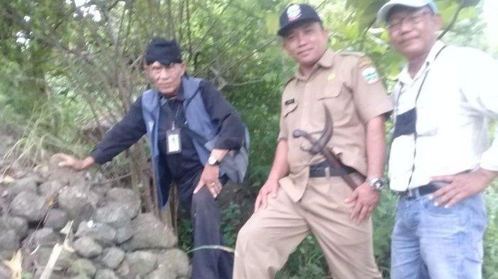 Sekretaris Dinas Pariwisata Dan Kebudayaan, Mamun De Hok (tengah), bersama ahli sejarah dan kepurbakalaan, Warjita (kanan) dan juru peliharadi lokasi penemuan batu yang diduga peninggalan Prabu Siliwangi.