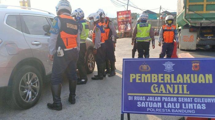 Penerapan sistem ganjil genap di simpang Cileunyi, Kabupaten Bandung, Jumat (3/9/2021).