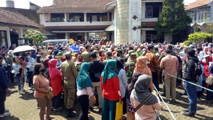 Berkerumun hingga Antre Panjang, Satpol PP Bubarkan Kegiatan Penyaluran Bantuan UMKM di Sumedang