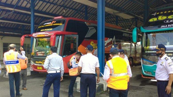 Meski Ada Larangan Mudik, Petugas Melakukan Pengecekan Kondisi Bus