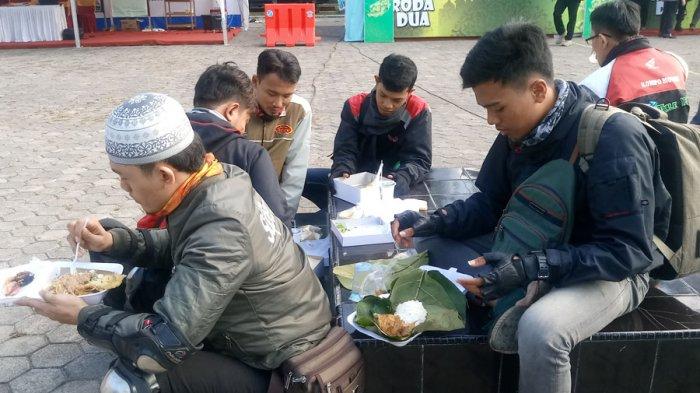 400 Bungkus Nasi Gratis Ludes Diserbu Pengendara yang Melintas di Jalur Pantura Cirebon