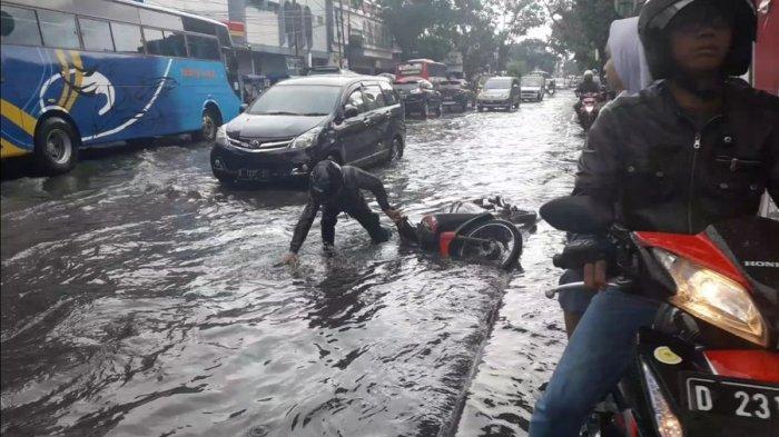 Pemudik Nekat Terjang Hujan Deras di Karawang Malam Ini, Ngebut Lalu Terjatuh Dekat Pos Penyekatan