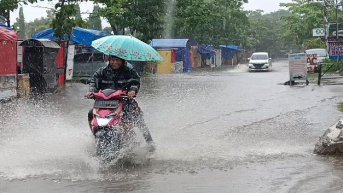 Sejumlah Ruas Jalan Pusat Kota Indramayu Tergenang Banjir Setelah Hujan Deras Mengguyur Dua Jam