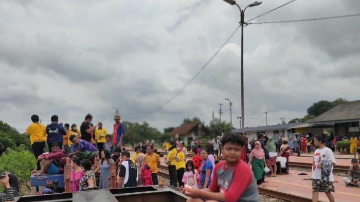 Pengungsi banjir disejumlah daerah di Karawang terpaksa ada yang tidur di kolong kereta