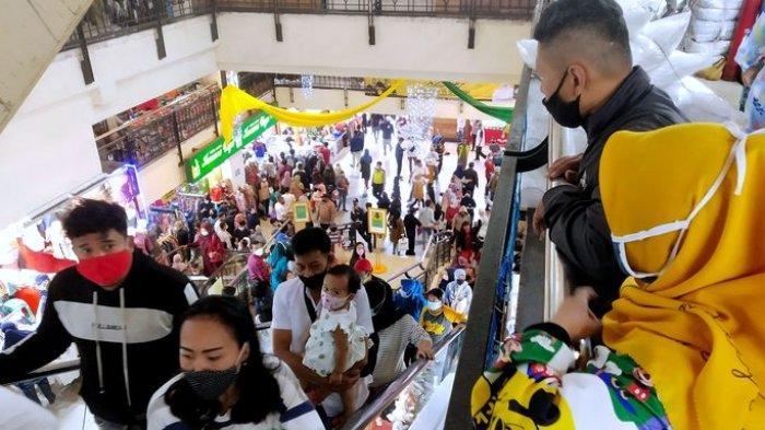 Pengunjung memadati Pasar Baru Trade Center, Jalan Otto Iskandardinata, Kota Bandung, Minggu (9/5/2021). Pengunjung Pasar Baru Trade Center pada H-3 Lebaran 2021 membeludak meski tidak sebanyak pada Minggu (2/5/2021) lalu.