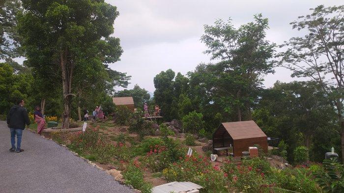 Pengunjung Puncak Robin menikmati sejumlah fasilitas yang ada.