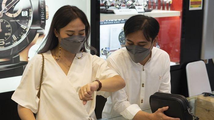 Pengunjung sedang memilih-milih jam tangan saat berada di GudangJam, Kota Bandung.