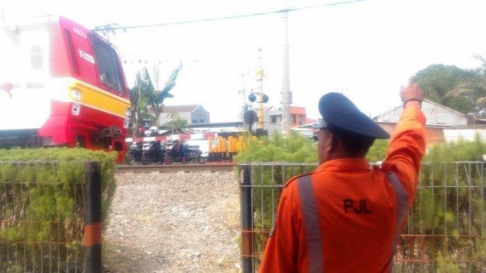 Nurji Rela Tak Cuti demi Layani Masyarakat, Jaga Pintu Perlintasan Kereta Saat Orang Rayakan Lebaran
