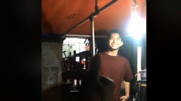 Reaksi Dimas Penjual Bakso Mirip Raffi Ahmad Digombali Pembeli, Hanya Nyengir saat Dikasih 'Love'